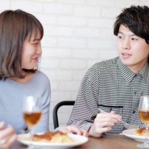 カフェで仲良く話し合いです。